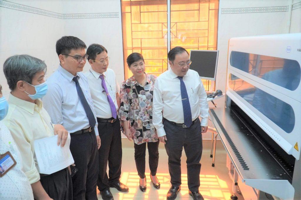 Lãnh đạo của Sở Y tế, CDC tỉnh Đồng Nai và Sonadezi quan sát Hệ thống xét nghiệm Real-time PCR