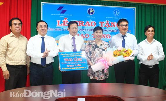 Lãnh đạo Sở Y tế, Trung tâm Kiểm soát bệnh tật tỉnh tặng hoa tri ân Ban lãnh đạo Tổng Công ty Sonadezi