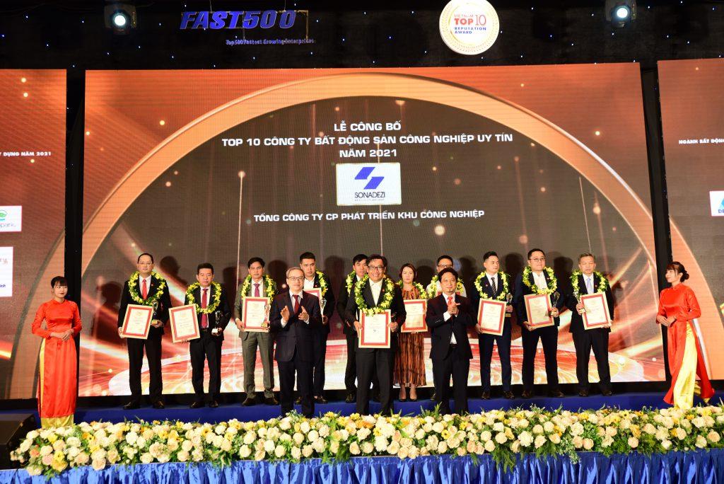 Đại diện Tổng công ty Sonadezi nhận Cup và Chứng nhận Top 10 Công ty bất động sản công nghiệp uy tín năm 2021